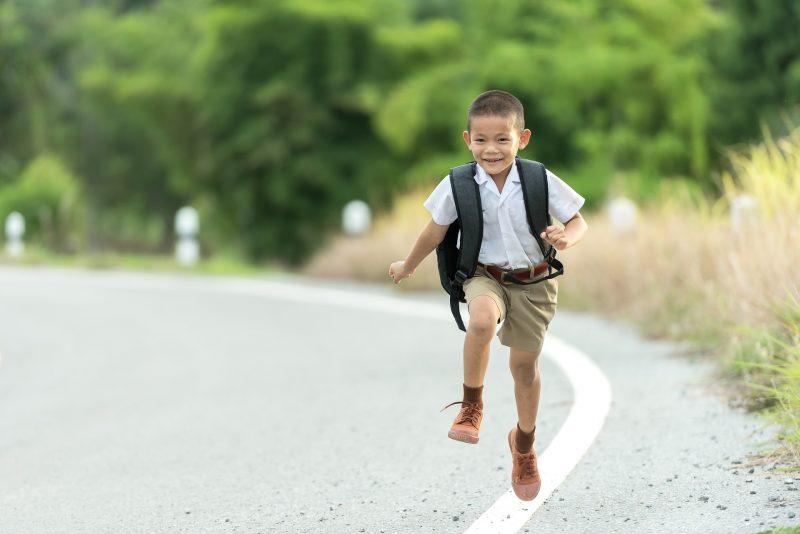 pergi ke sekolah